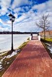 Härlig invallning av sjön Verhnee. Kaliningrad (till Koenigsberg 1946), Ryssland arkivfoton