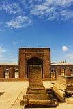Härlig islamisk kalligrafi Gammal grav i Makkli Arkivbilder