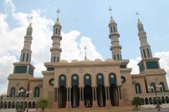 Härlig islamisk mittmoské Borneo royaltyfri foto