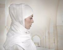 härlig isolerad muslimkvinna Arkivfoto