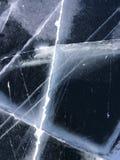 Härlig isyttersida med sprickor på djupfrysta Lake Baikal naturlig bakgrund arkivfoton