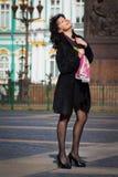Härlig italiensk kvinna på den gammala stadsgatan royaltyfria bilder