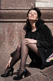 Härlig italiensk kvinna som sitter på moment arkivfoton