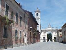 Härlig italiensk stad av Cherasco, Piedmont Arkivbilder
