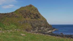 Härlig jättevägbankkust i nordligt - Irland lager videofilmer