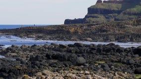 Härlig jättevägbankkust i nordligt - Irland arkivfilmer