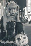 Härlig japansk flicka i en hembiträdedräkt i Tokyo arkivbild