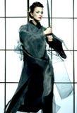 Härlig japansk kimonokvinna med samurajsvärdet Arkivfoton