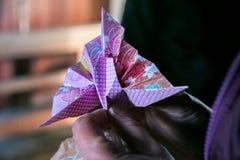 Härlig japansk origami i händer fotografering för bildbyråer