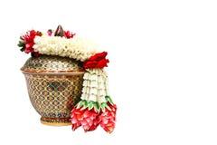 Härlig jasmingirland på thailändskt porslin Arkivbilder