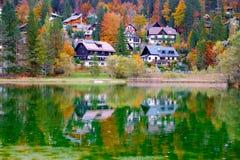 Härlig Jasna sjö på höstfärg på Kranjska Gora royaltyfri fotografi