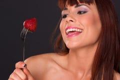 Härlig jordgubbe för frukt för rödhårig mankvinnamat Royaltyfria Bilder