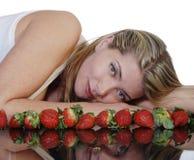 härlig jordgubbekvinna Arkivfoto