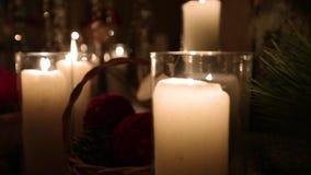 Härlig jul övervintrar dekoren för bröllopkopplingsceremoni med stearinljus, björkjournaler, kulagirlander och granträdet lager videofilmer