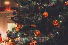 Härlig jul dekorerade trädet i glänsande ljus Arkivfoto