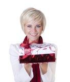 härlig jul som rymmer den aktuella kvinnan Royaltyfria Bilder