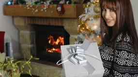 härlig jul som rymmer den aktuella kvinnan Royaltyfri Fotografi