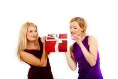 härlig jul som rymmer den aktuella kvinnan för red två Royaltyfri Fotografi