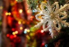 Härlig julbild med berömbakgrund för julgran och för nya år och julaftonmed en snöflingagarnering Arkivbild
