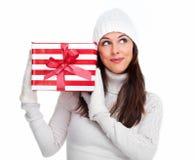 Härlig julflicka med en gåva. royaltyfri foto