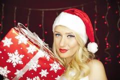 Härlig julflicka med gåva Royaltyfria Bilder