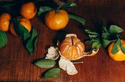Härlig julgarnering med tangerin i nattljus Arkivfoton