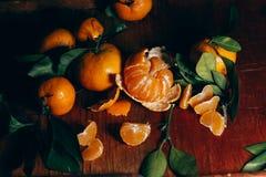 Härlig julgarnering med tangerin i nattljusgirlanderna Citrus stilleben nytt symbolår Arkivfoto