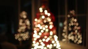 Härlig julgran med reflekterade pilbågar stock video
