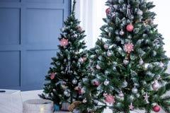 Härlig julgran som dekoreras med leksaker royaltyfria bilder