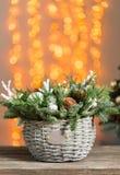 Härlig julsammansättning i en vide- korg på träbräden Förberedelse för feriebegrepp Blomsterhandeln är a arkivbilder