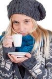 härlig kaffekopp som har kvinnan Royaltyfri Foto