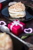 Härlig kaka in för av hjärta på den svarta plattan - beröm för dag för valentin` s Arkivbild