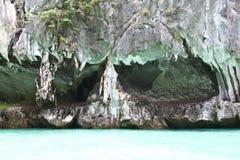 Härlig kalksten i det Andaman havet Royaltyfria Bilder