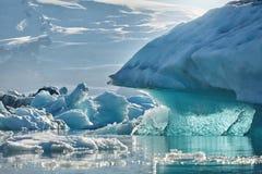 Härlig kall landskapbild av den icelandic glaciärlagunfjärden, Royaltyfri Foto