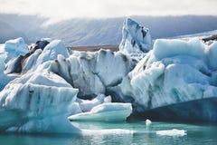 Härlig kall landskapbild av den icelandic glaciärlagunfjärden, Arkivfoto