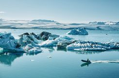 Härlig kall landskapbild av den icelandic glaciärlagunfjärden, Fotografering för Bildbyråer