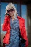 härlig kallande mobiltelefon till kvinnan Fotografering för Bildbyråer
