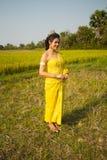 Härlig kambodjansk asiatisk brud i traditionell bröllopsklänning i en risfält Royaltyfri Fotografi