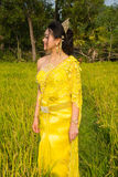 Härlig kambodjansk asiatisk brud i traditionell bröllopsklänning i en risfält Arkivbild