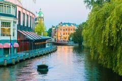 Härlig kanal i afton i den gamla staden av Amsterdam, Nederländerna, norr Holland landskap royaltyfri foto