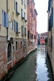 Härlig kanal i Venedig, Italien royaltyfri fotografi
