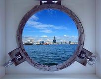 Härlig Kaohsiung port som ses till och med en hyttventil av ett skepp Fotografering för Bildbyråer