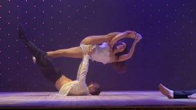 Härlig kapacitet med kärlekshistoria och akrobater på etapp i teater stock video