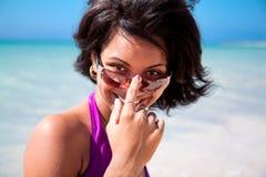 Härlig karibisk brunett med solglasögon Royaltyfri Bild