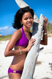 Härlig karibisk kvinna på den tropiska stranden Arkivfoton