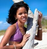 Härlig karibisk kvinna på tropisk strand Arkivfoton