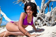 Härlig karibisk kvinna på tropisk strand Arkivfoto