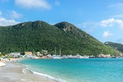 Härlig karibisk sommardag med den turkosblåa vita sandstranden på kustlinjen i Philipsburg, Sint Maarten royaltyfri foto