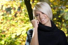 Härlig karismatisk kvinna i höstlövverk arkivfoton