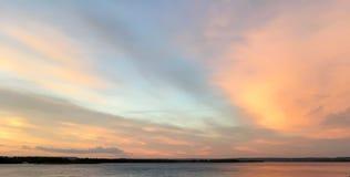 Härlig karmosinröd orange solnedgång på stranden, sikter av solen Royaltyfri Foto